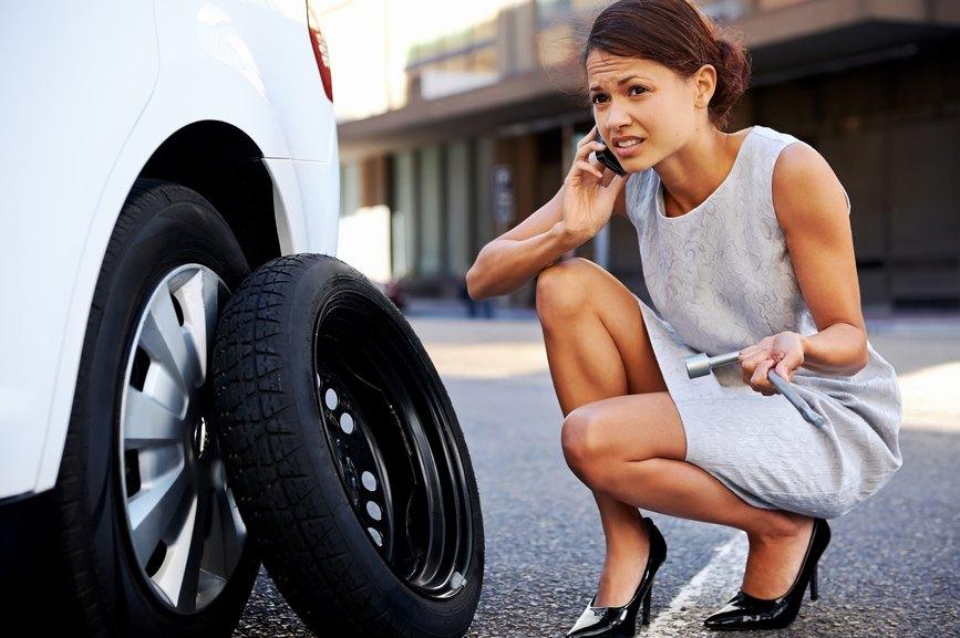 Saiba o que fazer quando o pneu furar