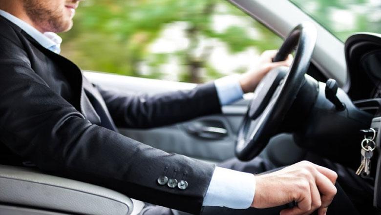 Dirigir em Ponto Morto economiza gasolina?
